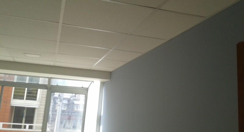 Окачен таван Армстронг , класна стая . Монтаж на преградни стени .