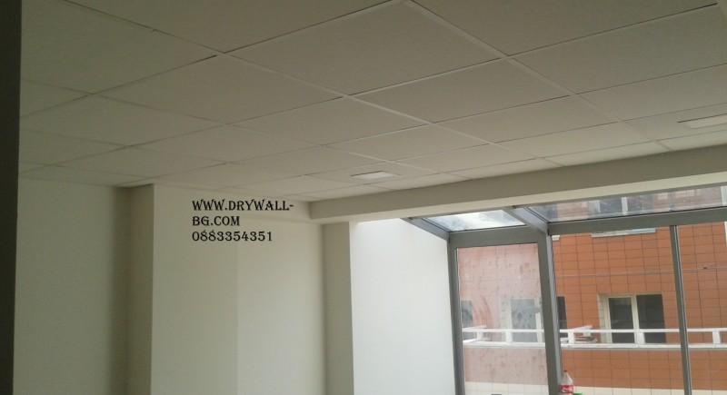 Армстронг окачен таван  . Преградни стени с профил 75 мм , двустранно.  СМР  в езиков център.