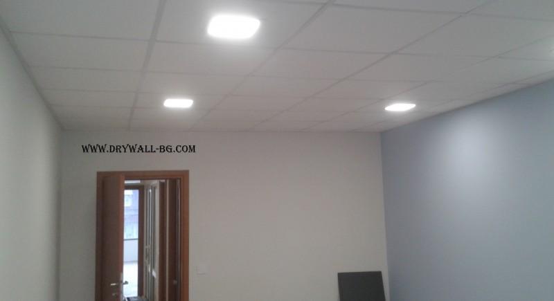 Монтаж на окачен таван и преградни стени в езиков център.