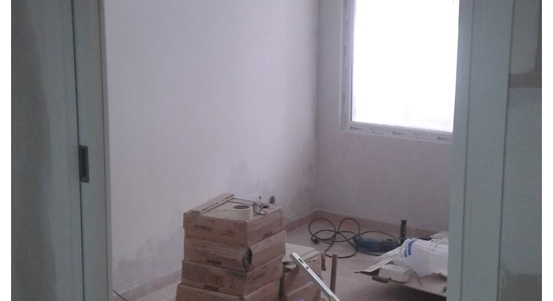Плъзгащи се врати в преградна стена от гипсокартон .
