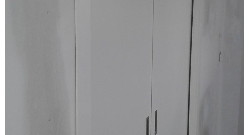 Плъзгащи се двойни врати в преградна стена от гипсокартон .