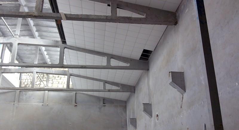 Монтаж на окачен растерен таван в индустриален обект.