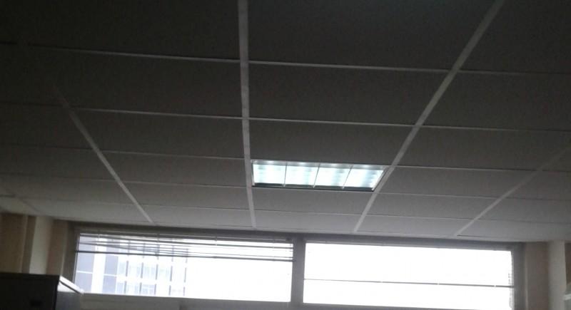 монтаж на растерни тавани Армстронг в офиси на административна сграда.