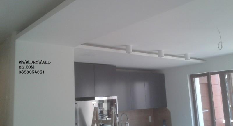 Скрито осветление , окачен таван в кухня.