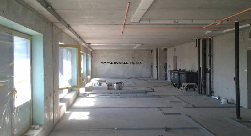 Преградни стени , долен трак монтаж на профили за преградни стени .
