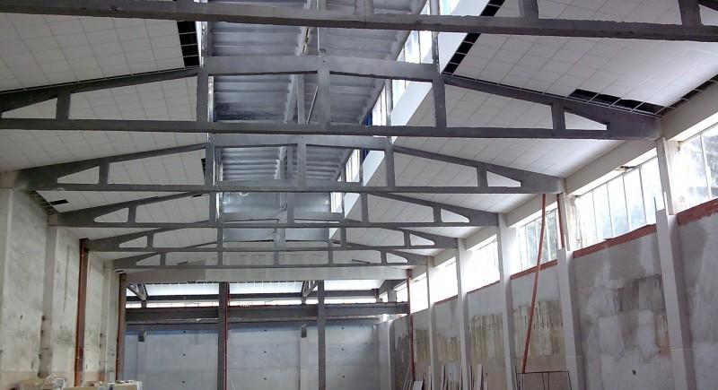 Монтаж на окачен растерен таван в промишлено предприятие.
