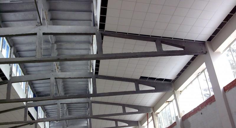 Монтаж на растерен окачен таван в промишлено предприятие .